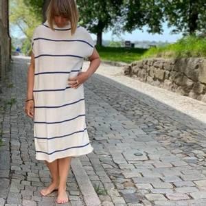 Bilde av Vest/kjole i hvit og blå striper.